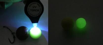 Vlevo UV lampička, vpravo nasvícená nástraha