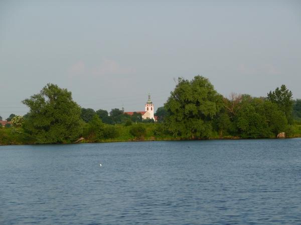 Hezký pohled přes jezero