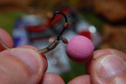 26) Těsně ke gumové kuličce