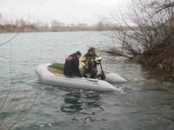 rybáři na člunu