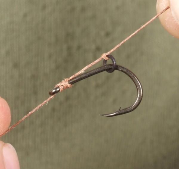 Navážeme bezuzlově háček a vlas fixujeme ve větším kroužku. Použivám háčky Covert Wide Talon Tip ve velikosti  6