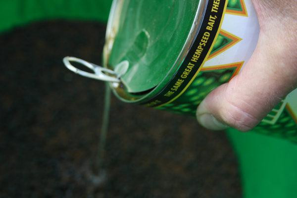 K navlhčení krmítkové směsi použijte vodu z konopí