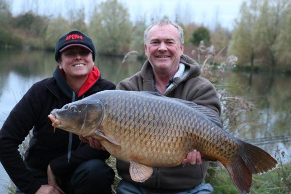 Bryan a Judith při společném rybolovu na Francouzském komplexu Abbey Lakes na podzim 2014