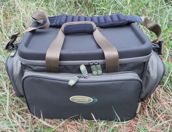 Horní část tašky tvoří pevné víko se speciálním tvarováním, které dobře poslouží jako stoleček
