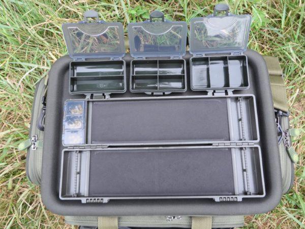 Zásobník na návazce a krabičky z přední kapsy v detailu