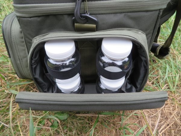 Každá z postranních kapes obsahuje 4 průhledné dózy, které jsou uchyceny pomocí gumiček ke stěně tašky