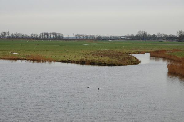 Malé jezero s prohlubněmi do 4m, které je spojeno s velkým, ale mělkým kanálem