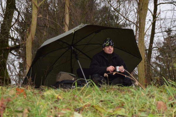 Během chladných dní a zejména tam, kde není povolen noční lov, chodím lovit jen přes den. Deštník nemůže chybět.