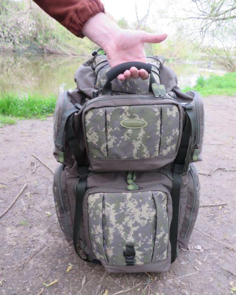 Polstrované madlo na přední straně batohu - hodí se tehdy, když potřebujete batoh jen poponést nebo třeba vyndat z auta při přepravě