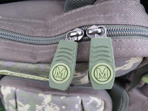 Zátěžové zipy na všech kapsách jsou osazeny designovými táhly MIVARDI