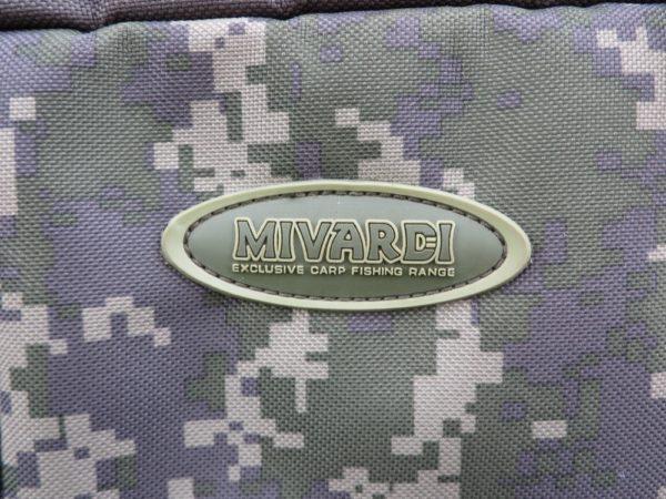 Decentní logo umístěné na horní přední kapse