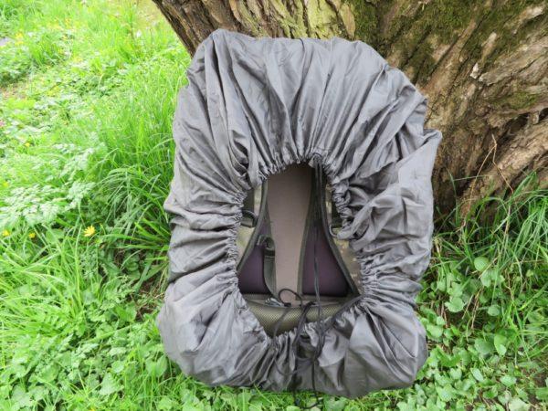 Přehoz do deště vzadu jednoduše stáhnete pomocí šňůrky a batoh je chráněn