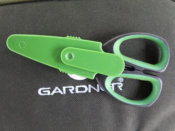 Na zadní straně pouzdra je šikovný klip, za který můžeme připevnit nůžky za kapsu oděvu nebo třeba zavěsit na viditelné místo v bivaku