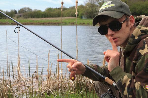Adam se při lovu rozhoduje pro plížení. Ryby jsou hodně blízko a tichý dopad krmítka Method feeder je ideální.