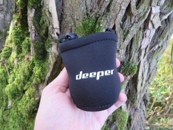 K Deeperu dostanete i ochranné neoprenové pouzdro pro pohodlné přenášení