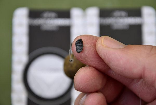 10. Namáčkněte na návazec zhruba 5 cm nad háček plastické olovo. Funguje jako závaží.