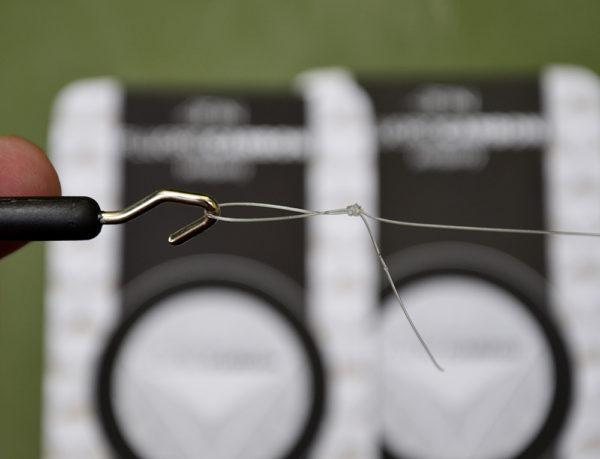 9. Nasliňte uzel a dotáhněte ho utahovačem uzlů. Přebytečný fluorocarbon zastřihněte nůžkami.