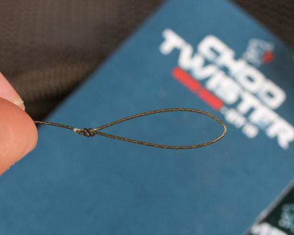 1. Uvažte smyčku na jednom konci návazce se staženým potahem. Čím delší bude smyčka, tím výše bude nástraha nadnášena nade dnem. Minimálně musí být smyčka delší, než je délka háčku.