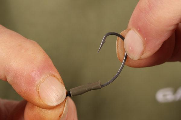 5. A smršťovací hadičku přetáhneme přes část obratlíku a očka háčku