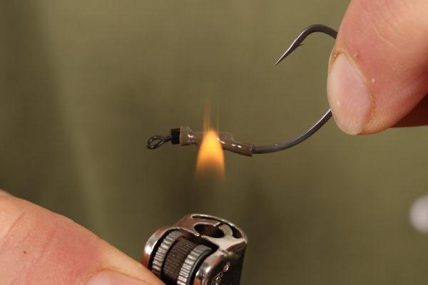 6. Za použití zapalovače jemně nahřejeme smršťovací hadičku