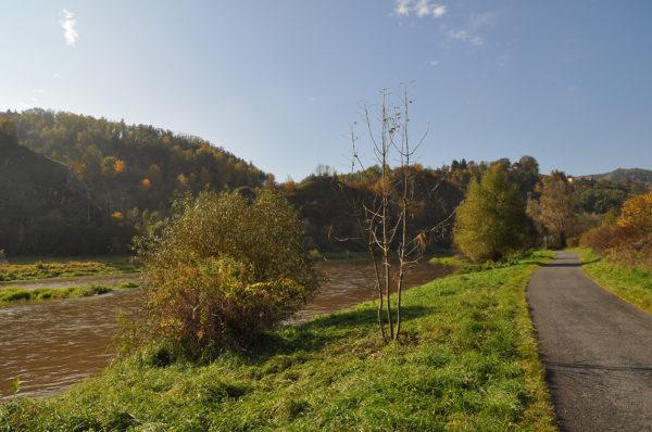 """Mnohde není mezi řekou a cyklostezkou zdaleka """"tolik"""" prostoru jako zde. Při troše šikovnosti si ho ale uděláme."""