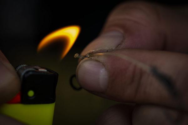 13. Zapalovačem zatavíme zastřihnutý vlasec jako pojistku proti rozvázání uzle