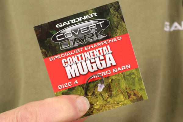 3. Nyní použijeme háčky Specialist Sharpened Covert Dark Mugga