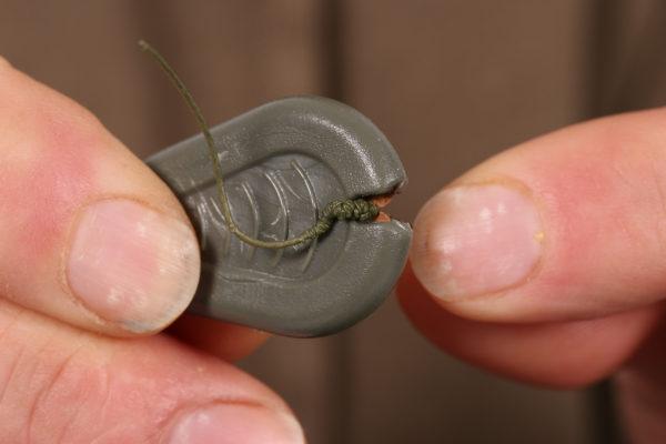 2. Nyní z konce šnůry odstraníme asi 15 cm svlékačky, abychom měli dost materiálu na vytvoření potřebné formace