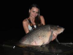 Rybářka ulovila v Labi obrovského kapra, který vážil téměř 30 kg!