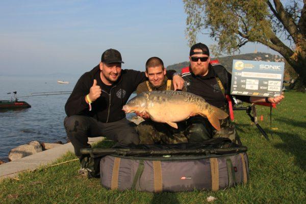 Vítězný tým IBCC 2020 s první rybou závodu