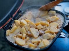 Video: Zapečené brambory s camembertem - Vaření na rybách #1
