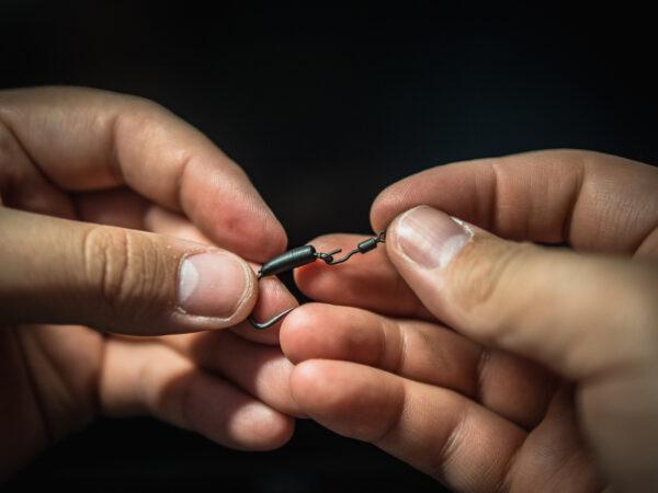 Následne do očka vložíme obratlík QC Hook Flexi-Ring Swivel a stiahneme prevlek Ronnie Sleeve na obratlík.